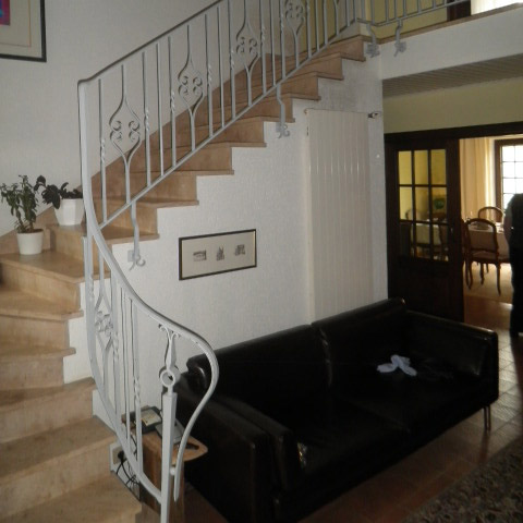 Treppenaufgang vorher mit Geländer